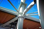 HOUTEN - De staal glazen stationskap gebouwd door Jos van den Bersselaar Constructie als onderdeel van de door combinatie Houten 4 gebouwde spooroverkapping van station Houten. Het nieuwe station is in opdracht van Prorail verbreed en verhoogd naar een ontwerp van Movares, en bestaat uit een 170 meter lang in staal en glas ingekapselde staalconstructie met ingelegde glaspanelen. Combinatie Houten 4 bestaat uit Mobilis, CFE en KWS. COPYRIGHT TON BORSBOOM