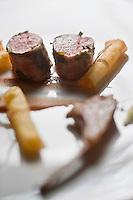 urope/France/Rhone-Alpes/74/Haute-Savoie/Megève: Agneau de lait cuit en filet, purée de radis noir et pruneaux, pomme raphia, recette d'Emmanuel Renaut dit Manu - Restaurant: Flocons de Sel - Route de Rochebrune
