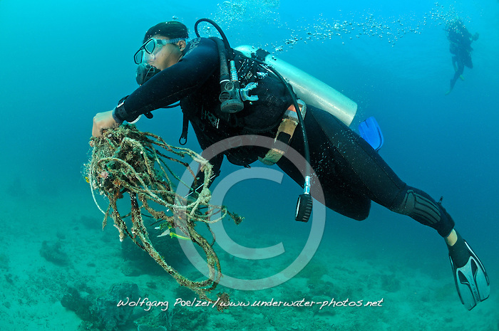 Global Coral Reef Alliance, Riff Gaertner sammelt alte Fischerleinen von Korallenriff, Reef gardener collecting old fishing lines and ropes from coral reef,  Bali, Indonesien, Indopazifik, Bali, Indonesia Asien, Indo-Pacific Ocean, Asia