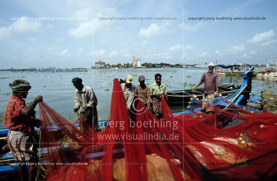 INDIA Kochi, fisherman with fishing net / INDIEN Kerala Cochin, Fischer mit Netz im Hafen