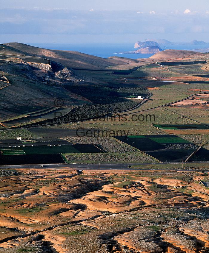Spanien, Kanarische Inseln, Lanzarote, Blick vom Castillo de Guanapay zur Nachbarinsel Isla Graciosa | Spain, Canary Island, Lanzarote, view from Castillo de Guanapay towards neighbouring island Isla Graciosa