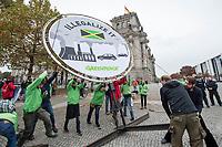 """Klimaprotest vor Sondierungsgespraechen fuer Koalitionsverhandlungen.<br /> Die Umweltschutzorganisationen BUND, Oxfam und Greenpeace protestierten vor dem Tagungsgebaeude der Sondierungsgespraeche fuer eventuelle Koalitionsverhandlungen von CDU/CSU, FDP und Buendnis 90/Die Gruenen fuer einen Ausstieg aus der Kohle unter dem Motto """"Jamaika? Nur mit Kohleausstieg"""", """"Klima schuetzen, Kohle stoppen"""" und """"Illegalize it"""". <br /> 20.10.2017, Berlin<br /> Copyright: Christian-Ditsch.de<br /> [Inhaltsveraendernde Manipulation des Fotos nur nach ausdruecklicher Genehmigung des Fotografen. Vereinbarungen ueber Abtretung von Persoenlichkeitsrechten/Model Release der abgebildeten Person/Personen liegen nicht vor. NO MODEL RELEASE! Nur fuer Redaktionelle Zwecke. Don't publish without copyright Christian-Ditsch.de, Veroeffentlichung nur mit Fotografennennung, sowie gegen Honorar, MwSt. und Beleg. Konto: I N G - D i B a, IBAN DE58500105175400192269, BIC INGDDEFFXXX, Kontakt: post@christian-ditsch.de<br /> Bei der Bearbeitung der Dateiinformationen darf die Urheberkennzeichnung in den EXIF- und  IPTC-Daten nicht entfernt werden, diese sind in digitalen Medien nach §95c UrhG rechtlich geschuetzt. Der Urhebervermerk wird gemaess §13 UrhG verlangt.]"""