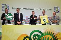 RIO DE JANEIRO; RJ; 07 DE MARÇO 2013 - Ronaldo e o Ministro Aldo Rebelo seguram os cartazes da campanha pelo não fumo lançada na coletiva onde se falou sobre as obras e os preparativos para receber a Copa das Confederações. FOTO: NÉSTOR J. BEREMBLUM - BRAZIL PHOTO PRESS