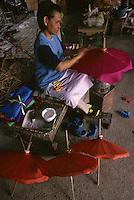 Asie/Thaïlande/Chiang Mai : Artisanat fabrication des ombrelles