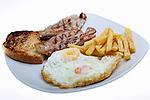 Plat combinat de llom, ous ferrat i patetes fregides. Plato combinado de lomo con huevos fritos y patatas fritas.