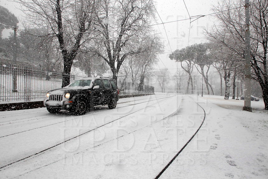 Un fuoristrada durante una nevicata a Roma, 11 febbraio 2012..An off-road vehicle drives during a snowfall in Rome, 11 february 2012..UPDATE IMAGES PRESS/Riccardo De Luca
