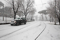 Un fuoristrada durante una nevicata a Roma, 11 febbraio 2012..An off-road vehicle drives during a snowfall in Rome, 11 february 2012..UPDATE IMAGES PRESS/Riccardo De Luca