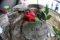 Besucher besichtigen die Gedenkstätte und legen Blumen und Namenssteine nieder