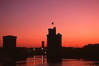 France/17/Charente Maritime/La Rochelle: L'aube sur les tours du vieux port