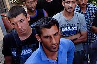 Grecia, Patrasso 2011. Rifugiati in un accampamento improvvisato in una stazione abbandonata. Grece  patras refugies afghans dans une gare abandonee