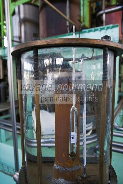 France/DOM/Martinique/Le François: Distillerie du Simon - Alcoolmètre devant la colonne de distillation