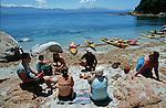 Descente des côtes corses (depuis les calanques de Piana vers Porto jusqu'à Bonifacio. Raid de 10 jours en kayak  de mer en bivouaquant sur les plages. Corse (côte ouest). France..
