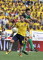 BARRANQUILLA - COLOMBIA -22-03-2013: Radamel Falcao García (Izq.) de Colombia disputa el balón con Gualberto Mojica (Der.) de Bolivia durante  partido Colombia - Bolivia en el Estadio Metropolitano Roberto Meléndez en la ciudad de Barranquilla, marzo 22 de 2013. Partido de la 11 ª fecha de las Clasificatorias Sudamericanas para la Copa Mundial de la FIFA Brasil 2014. (Foto: VizzorImage / Luis Ramírez / Staff). Radamel Falcao García (L) of Colombia figths the ball with Gualberto Mojica (L) of Bolivia during a match Colombia - Bolivia  at the Metropolitan Stadium Roberto Melendez in Barranquilla city, on March 16, 2013. Game of the 11th round of the South American Qualifiers for the FIFA World Cup Brazil 2014. (Photo: VizzorImage / Luis Ramirez / Staff.)