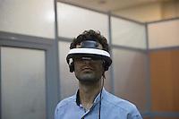 Iran- tecnologia- uno studente con un casco per realtà virtuale