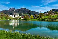 Austria, Tyrol, Reith im Alpbachtal: village centre with swimming lake Reither See and parish church St Petrus | Oesterreich, Tirol, Reith im Alpbachtal: Ortszentrum mit dem Badesee Reither See und der Pfarrkirche Hl. Petrus