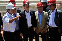RIO DE JANEIRO, RJ, 09 DE MARCO 2012 - COPA 2014 - OBRAS MARACANA - O Ministro do Esporte, Aldo Rebelo(2 esq), e o vice-governador do Rio de Janeiro, Luiz Fernando Pezão(d), o presidente da EMOP, Icaro Monteiro(e) e o Secretário de Estado de Obras, Hudson Braga (3esq), durante visita ao canteiro de obras do estádio Maracanã, na zona norte da cidade, que será o palco da final da Copa do Mundo de 2014. (FOTO: GLAICON EMRICH / BRAZIL PHOTO PRESS).