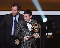 Fussball International  FIFA Ballon d Or   07.01.2013 Weltfussballer 2012  Lionel Messi (re, Argentinien) mit Barca Praesident Sandro Rosell (li)