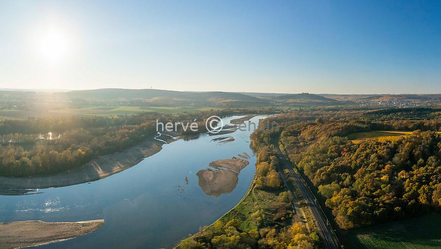 France, Nièvre (58) et Cher (18), la Loire en automne, à droite du fleuve la Nièvre, à gauche le Cher et le Sancerrois (vue aérienne) // France, Cher left of the Loire river and Sancerre region and Nievre right in autumn (aerial view)