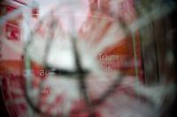 Berlin, Eingeschlagene Scheibe einer Sparkasse am Donnerstag (02.05.13) in der Heinrich-Heine-Strasse in Kreuzberg nach dem 1. Mai.<br /> Foto: Steffi Loos/CommonLens