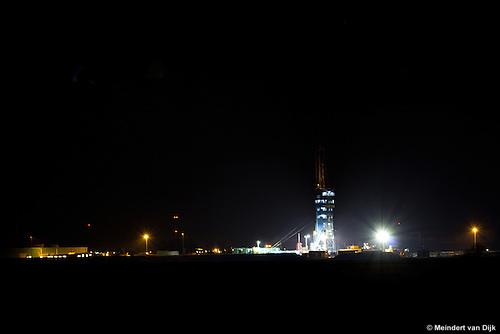 Felle lampen verlichten 's nachts de boortoren op de zoutwinlocatie van Frisia Zout BV in Pietersbierum (tussen Sexbierum en Harlingen). De boorlocatie is zo op het vlakke Friese platteland nabij de Waddenzee al op grote afstand te zien.