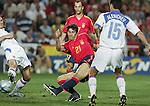 Fussball INTERNATIONAL EURO 2004 Spanien - Russland Juan Carlos Valeron (ESP,mitte) erzielt das 1-0; gegen Evgueni Aldonin (RUS,li) und Dmitry Alenichev ( RUS,re)