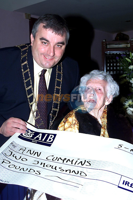 Mayor Sean Collins presenting Nan Cummins with a cheque for two thousand pounds on the occasion of her 100th Birthday..Picture Paul Mohan Newsfile