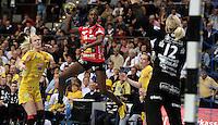 EHF Champions League Handball Damen / Frauen / Women - HC Leipzig HCL : SD Itxako Estella (spain) - Arena Leipzig - Gruppenphase Champions League - im Bild: Angriff der sprunggewaltigen Dame vom spanischen Gegner - Sara Eriksson kann nur noch hinterherschauen. Foto: Norman Rembarz .