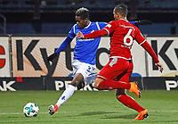 Joevin Jones (SV Darmstadt 98) gegen Leon Guwara (1. FC Kaiserslautern) - 21.02.2018: SV Darmstadt 98 vs. 1. FC Kaiserslautern, Stadion am Boellenfalltor, 2. Bundesliga