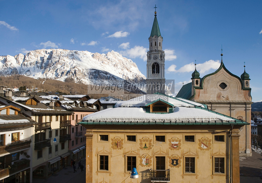 Europe/Italie/Vénétie/Dolomites/Cortina d'Ampezzo: Façade traditionnelle sur  le Corso  Italia, la Maison des Régles d' Ampezzo qui abrite les musées de la ville dans l'ancien hotel de ville, dont  les blasons représentent les différents quartiers de la ville, l'église et le Massif des Dolomites