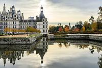 France, Loire-et-Cher (41), Chambord, château de Chambord, la façade nord-ouest et le Cosson