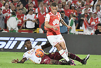 BOGOTÁ -COLOMBIA, 18-12-2016: John Fredy Salazar (R) player of Independiente Santa Fe struggles for the ball with Sergio Mosquera (L) player of Deportes Tolima, during a match for the second leg between Independiente Santa Fe and Deportes Tolima, for the final of the Liga Aguila II -2016 at the Nemesio Camacho El Campin Stadium in Bogota city. Photo: VizzorImage/ Gabriel Aponte / Staff