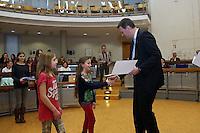 Oberbürgermeister Patrick Burghardt mit Amy Sue Hermann und Amanda Schmidt vom 1. Sodener Schwimmclub
