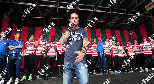 2014-07-27 / Voetbal / seizoen 2014-2015 / Fandag Royal Antwerp FC / Dougie Gyselinckx zingt het nieuwe Antwerp clublied met de spelers op de achtergrond.<br /><br />Foto: mpics.be