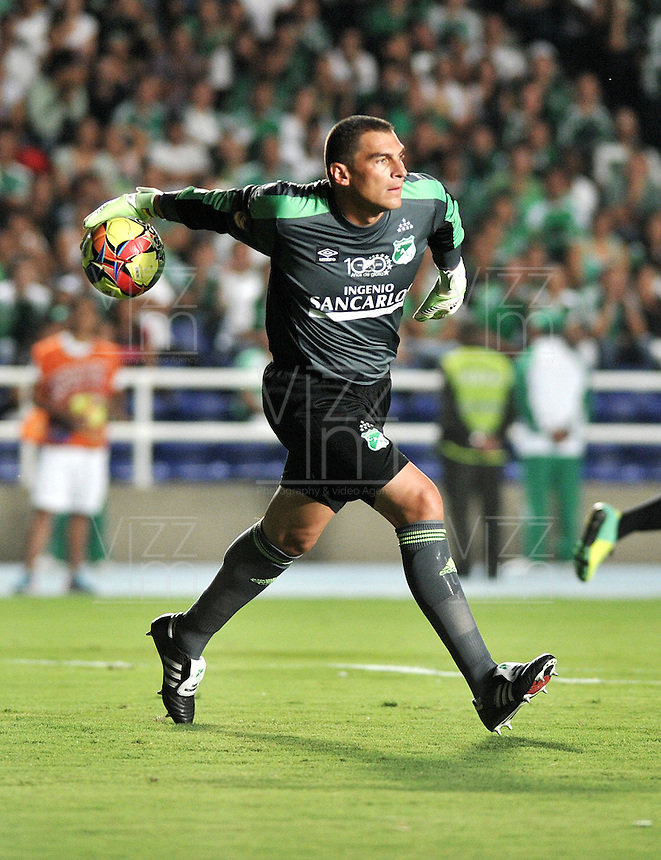 CALI- COLOMBIA -22 -01-2014: Farid Mondragon, jugador del Deportivo Cali, durante partido de ida por la Super Liga 2014, en el estadio Pascual Guerrero de la ciudad de Cali.  / Farid Mondragon, player of Deportivo Cali, during the match between Deportivo Cali and Atletico Nacional for the first leg of the Super Liga 2014 at the Pascual Guerrero Stadium in Cali city. Photo: VizzorImage  / Luis Ramirez / Staff.