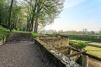 France, Sarthe (72),  Poncé-sur-le-Loir, jardin du château de Poncé en avril, escalier vers une allée surplombante bordée de tilleuls