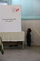 23 ottobre 2011 Tunisi, elezioni libere per l'Assemblea Costituente, le prime della Primavera araba: un bambino aspetta fuori da una cabina elettorale in un seggio.<br /> premieres elections libres en Tunisie octobre <br /> tunisian elections