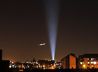 BOGOTA -COLOMBIA. 25-03-2014. Un avion pasa cerca a la luz de un reflector durante la noche en el occidente de la capital.A plane passes by the light of a reflector at night in the west of the capital.   Photo: VizzorImage/ Felipe Caicedo / Staff