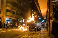 SÃO PAULO, SP,21 DE OUTUBRO DE 2013 - TERCEIRO ATO EDUCACAO - Manifestantes atearam fogo em carroça, durante o terceiro ato pela educação, pelas ruas do centro da capital, na noite desta segunda feira, 21.  FOTO: ALEXANDRE MOREIRA / BRAZIL PHOTO PRESS
