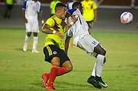 BARRANQUILLA - COLOMBIA, 22-07-2018: Leonardo Castro (Izq.) jugador de Colombia, disputa el balón con Darwin Diego (Der.) jugador de Honduras, durante el encuentro de primera ronda, grupo A, en el estadio Romelio Martinez de la ciudad de Barranquilla, en fútbol masculino de los Juegos Centroamericanos y del Caribe Barranquilla 2018. Colombia empató el partido con marcador 1-1. / Leonardo Castro (L) player of Deportivo Pasto fights for the ball with Darwin Diego (R) player of Honduras, during the first round match, group A, in Men's soccer, at the Romelio Martinez Stadium in Barranquilla city, of the Central American and Caribbean Sports Games Barranquilla 2018. Colombia tie the match by score of 1-1 goal. Photos: VizzorImage / Alfonso Cervantes / Cont.