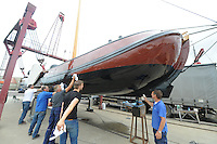 SKÛTSJESILEN: SNEEK: 14-07-2015, Skûtsje Earnewâld krijgt laatste onderhoudsbeurd met speciale laag voor het onderschip, ©foto Martin de Jong