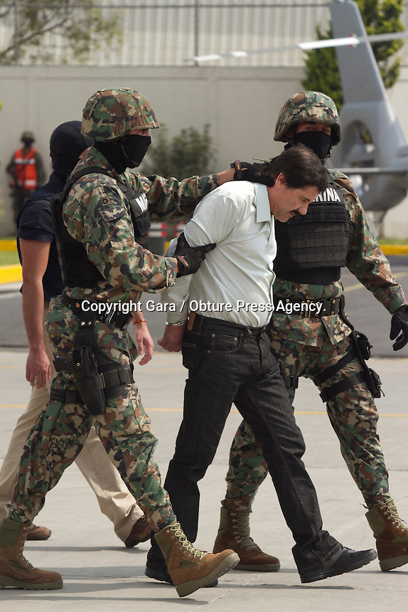 M&eacute;xico, DF. 22 de febrero 2014- 13 a&ntilde;os despu&eacute;s de su fuga; a las 6:40 de este s&aacute;bado en el edifico Miramar en Mazatl&aacute;n, de acuerdo con las autoridades mexicanas, aseguraron al presunto narcotraficante Joaqu&iacute;n Guzm&aacute;n Loera alias El Chapo o El Chapo Guzm&aacute;n.<br /> <br /> Operaci&oacute;n derivada de varios meses en coordinaci&oacute;n de diferentes niveles, concluida por la Marina de Mexico. Adem&aacute;s de la colaboraci&oacute;n de agencias de E.U. asegur&oacute; Jes&uacute;s Murillo Karam, procurador general de la rep&uacute;blica.<br /> <br /> La agencia de noticias AP dio a conocer por primera vez la informaci&oacute;n a trav&eacute;s de un funcionario estadounidense.<br /> <br /> El presidente de la rep&uacute;blica confirm&oacute; a trav&eacute;s de su cuenta de twitter.<br /> <br /> Al medio dia, fue presentado el presunto capo, lider del Cartel de Sinaloa; que de acuerdo con la revista Forbes, es uno de los hombres mas ricos del mundo. su fortuna est&aacute; calculada sobre los mil millones de d&oacute;lares. <br /> <br /> Foto: Gara / Obture Press Agency.