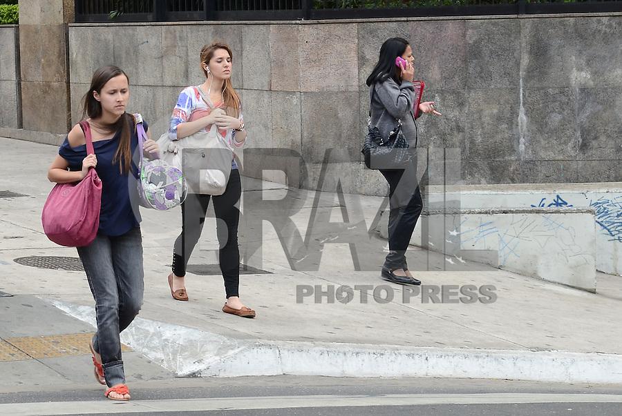 ATENÇÃO EDITOR: FOTO EMBARGADA PARA VEÍCULOS INTERNACIONAIS. SAO PAULO, 14 DE SETEMBRO DE 2012 - CLIMA TEMPO - Manha de temperaturas amenas e em elevacao na Avenida Paulista, regiao central da capital, nesta sexta feira. FOTO: ALEXANDRE MOREIRA - BRAZIL PHOTO PRESS