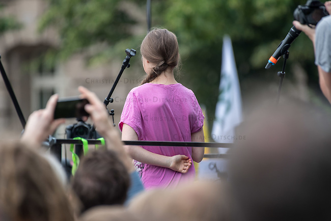 """Schuelerstreik und Demonstration """"Fridays4Future"""" (#f4f) in Berlin.<br /> Ca. 2.000 Menschen, hauptsaechlich Schuelerinnen und Schueler versammelten sich am Freitag den 19. Juli 2019 in Berlin mit ihrer woechentlichen Klimademonstration vor dem Wirtschaftsministerium in Berlin. Sie protestieren gegen die Klimapolitik der Wirtschaft und der Bundesregierung und fordern die Einhaltung der """"Pariser Klimaziele"""", die eine Begrenzung der Erderwaermung auf 1,5°C vorsieht.<br /> Im Bild: Als Gast sprach die schwedische Klimaschutzaktivistin Greta Thunberg, die mit ihrem individuellen Schulstreik die """"Fridays for Future"""" ausgeloest hat.<br /> 19.7.2019, Berlin<br /> Copyright: Christian-Ditsch.de<br /> [Inhaltsveraendernde Manipulation des Fotos nur nach ausdruecklicher Genehmigung des Fotografen. Vereinbarungen ueber Abtretung von Persoenlichkeitsrechten/Model Release der abgebildeten Person/Personen liegen nicht vor. NO MODEL RELEASE! Nur fuer Redaktionelle Zwecke. Don't publish without copyright Christian-Ditsch.de, Veroeffentlichung nur mit Fotografennennung, sowie gegen Honorar, MwSt. und Beleg. Konto: I N G - D i B a, IBAN DE58500105175400192269, BIC INGDDEFFXXX, Kontakt: post@christian-ditsch.de<br /> Bei der Bearbeitung der Dateiinformationen darf die Urheberkennzeichnung in den EXIF- und  IPTC-Daten nicht entfernt werden, diese sind in digitalen Medien nach §95c UrhG rechtlich geschuetzt. Der Urhebervermerk wird gemaess §13 UrhG verlangt.]"""