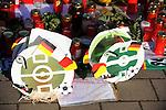 m heutigen Sonntag (15.11.2009) nahmen die Fans und Freunde des am 10.11.2009 verstorbenen Nationaltorwartes Robert Enke ( Hannover 96 ) Abschied. In der groessten Trauerfeier nach Adenauer kamen rund 100.000 Tršuergaeste zur AWD Arena. Zu den VIP zšhlten u.a. Altkanzler Gerhard Schroeder, Bundestrainer Joachim Loew und die aktuelle DFB Nationalmannschaft, sowie Vertreter der einzelnen Bundesligamannschaften und ehemalige Vereine, in denen er gespielt hat. Der Sarg wurde im Mittelkreis des Stadions aufgebahrt. Trauerreden hielten u.a. MIniterpršsident Christian Wulff, DFB Pršsident Theo Zwanziger , Han. Pršsident Martin Kind <br /> <br /> <br /> Feature<br /> Foto am Lichtermeer vor der AWD-Arena mit zwei FuŖballlaternen<br />  <br /> Foto: © nph ( nordphoto )  <br /> <br />  *** Local Caption *** Fotos sind ohne vorherigen schriftliche Zustimmung ausschliesslich fŁr redaktionelle Publikationszwecke zu verwenden.<br /> Auf Anfrage in hoeherer Qualitaet/Aufloesung