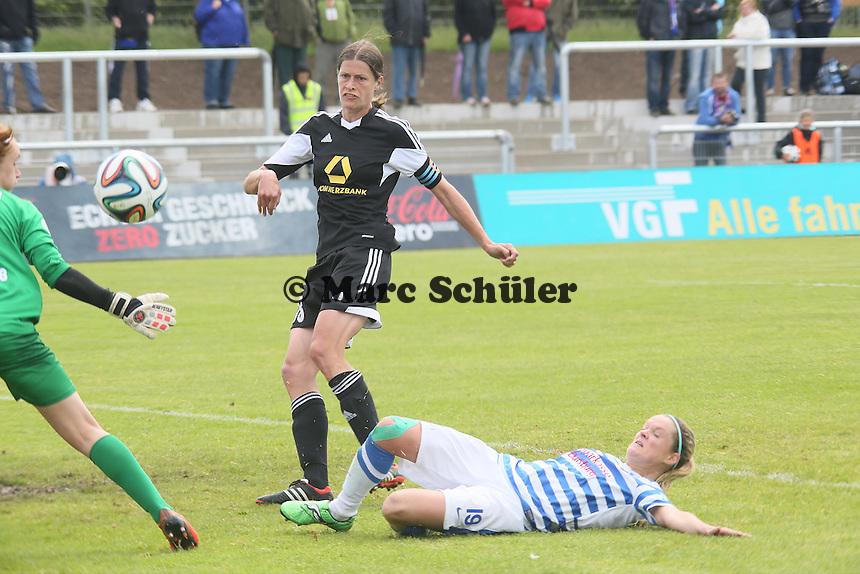 Stefanie Weichelt (MSV) rettet gegen Kerstin Garefrekes (FFC) - 1. FFC Frankfurt vs. MSV Duisburg