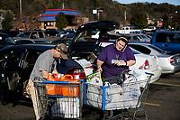 Ohio, Usa. Oktober 2016. En familie pakker bilen etter et besøk hos Walmart rett utenfor Athens i Ohio. Fotografier til dokument om valget i Usa og Appalachene. Foto: Christopher Olssøn