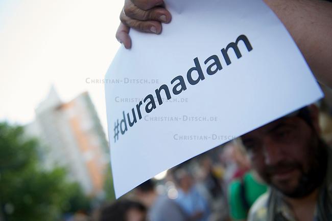 Mehrere hundert Menschen zogen am Freitag den 21. Juni 2013 mit einem Musik- und Tanz-Umzug durch Kreuzberg. Motto des Umzugs war das vom tuerkischen Praesidenten Erdogan kreierte Schimpfwort &quot;Capulcu&quot;, mit dem er die Demonstranten im Gezi-Park in Istanbul tituliert hatte. Seit dem wird diese Bezeichnung europaweit von widerspenstgen Menschen mit Stolz verwendet.<br />21.6.2013, Berlin<br />Copyright: Christian-Ditsch.de<br />[Inhaltsveraendernde Manipulation des Fotos nur nach ausdruecklicher Genehmigung des Fotografen. Vereinbarungen ueber Abtretung von Persoenlichkeitsrechten/Model Release der abgebildeten Person/Personen liegen nicht vor. NO MODEL RELEASE! Don't publish without copyright Christian-Ditsch.de, Veroeffentlichung nur mit Fotografennennung, sowie gegen Honorar, MwSt. und Beleg. Konto:, I N G - D i B a, IBAN DE58500105175400192269, BIC INGDDEFFXXX, Kontakt: post@christian-ditsch.de<br />Urhebervermerk wird gemaess Paragraph 13 UHG verlangt.]