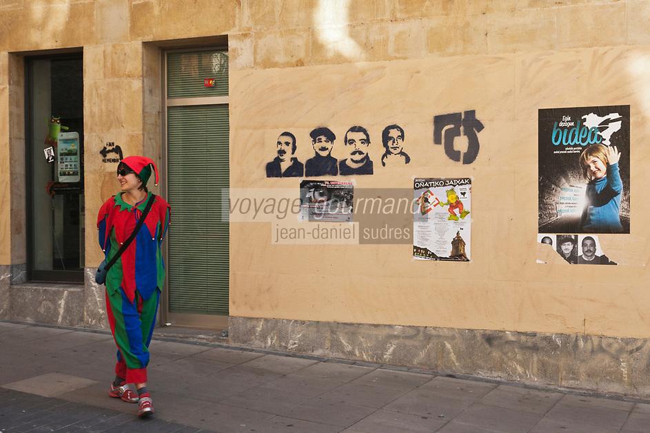Europe/Espagne/Pays Basque/Guipuscoa/Goierri/Onati:<br /> Affiche réclamant l'amnistie pour les indépendantistes et PIerrot lors de la fête du village
