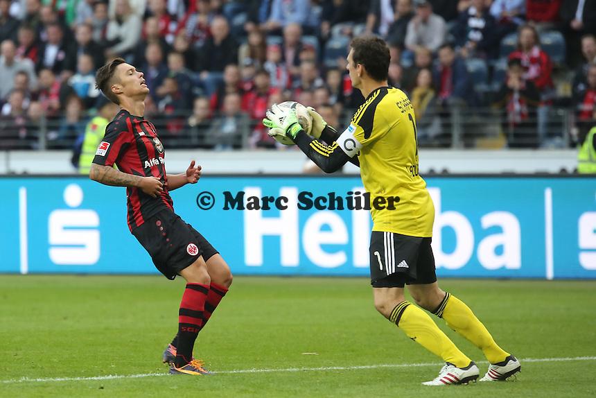 Raphael Schäfer (Nürnberg) hält vor Vaclav Kadlec (Eintracht) - Eintracht Frankfurt vs. 1. FC Nuernberg,