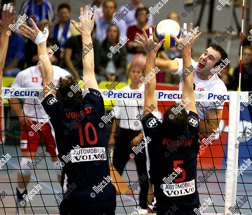 2008-09-27 / Volleybal / Antwerpen - Roeselare / Haesevoets (Antwerpen) stuit op het block van Verhelst en  Borremans..Foto: Maarten Straetemans (SMB)